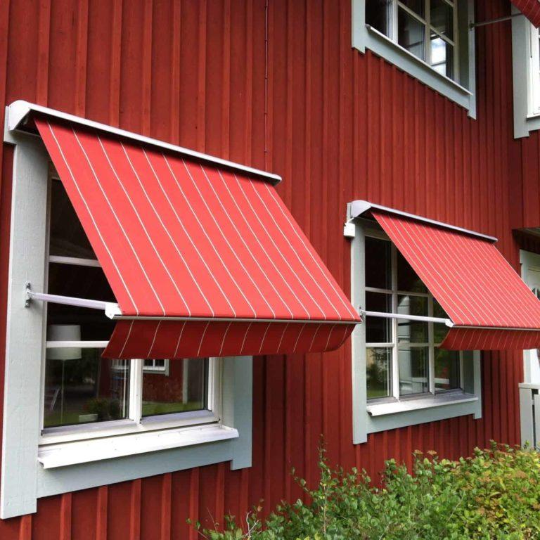 Markiser är monterade över fönster ger ett bra solskydd.