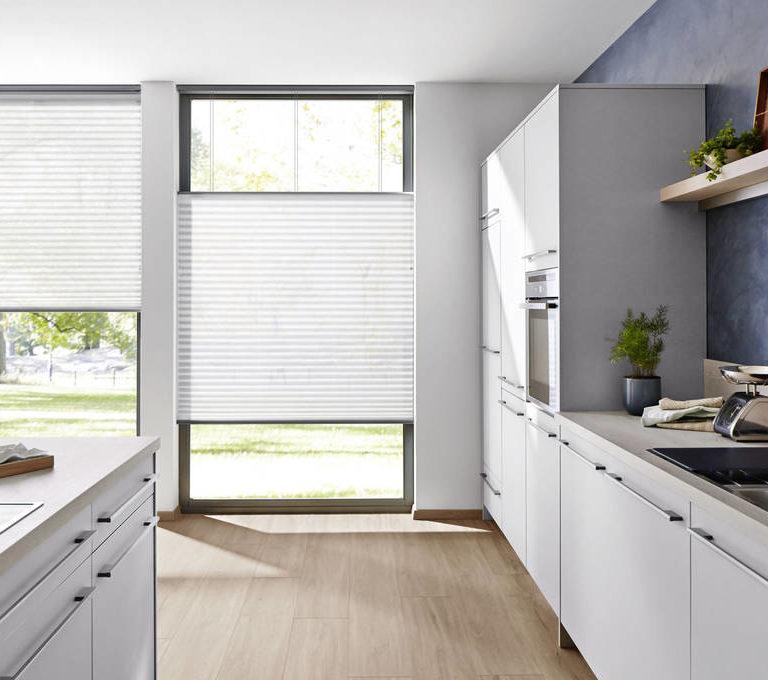 Duettegardinen fungerar som både insynsskydd och solskydd i fönster