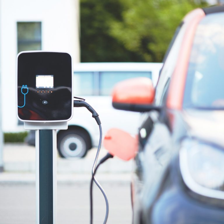 Sekonds elektriker hjälper dig att installera laddstolpen till din elbil