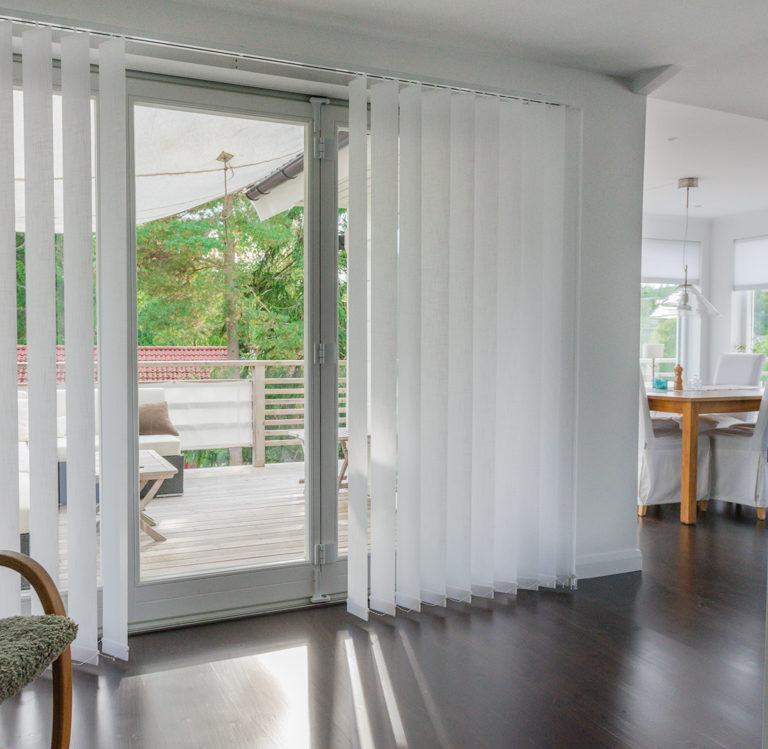 Lamellgardinen är ett invändigt solskydd för stora fönster exempelvis i uterummet