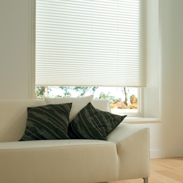 Plisségardinen är ett elegant solskydd i fönstret